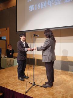 理工学研究科量子線科学専攻博士前期課程2年の福本陽平さん、1年の上地昇一さんが日本中性子科学会第18回年会において、優秀ポスター賞を受賞