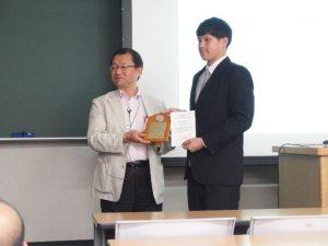 部門長から賞状を受け取る武藤さん(右)
